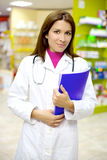 Φαρμακοποιός που εξετάζει την εργασία στοκ εικόνα με δικαίωμα ελεύθερης χρήσης