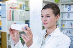 Φαρμακοποιός που ελέγχει ένα κιβώτιο ιατρικής στοκ εικόνες με δικαίωμα ελεύθερης χρήσης