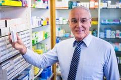 Φαρμακοποιός που ελέγχει τα φάρμακα στο φαρμακείο στοκ εικόνες