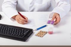 Φαρμακοποιός που ελέγχει τη συνταγή Στοκ φωτογραφία με δικαίωμα ελεύθερης χρήσης