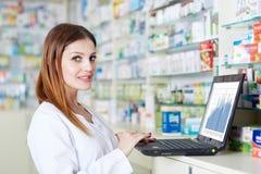 Φαρμακοποιός που ελέγχει το απόθεμα φαρμακείων στοκ φωτογραφία με δικαίωμα ελεύθερης χρήσης