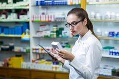 Φαρμακοποιός που χρησιμοποιεί την ψηφιακή ταμπλέτα ελέγχοντας την ιατρική στοκ εικόνες με δικαίωμα ελεύθερης χρήσης