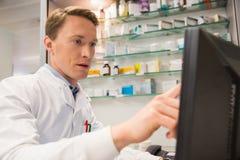 Φαρμακοποιός που χρησιμοποιεί τον υπολογιστή στοκ εικόνα με δικαίωμα ελεύθερης χρήσης