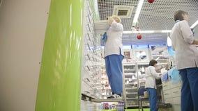 Φαρμακοποιός στο φαρμακείο που ψάχνει τα χάπια απόθεμα βίντεο
