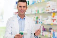 Φαρμακοποιός στο φαρμακείο στοκ φωτογραφίες