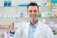 Φαρμακοποιός στο φαρμακείο στοκ φωτογραφίες με δικαίωμα ελεύθερης χρήσης