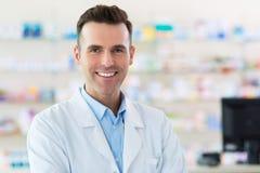 Φαρμακοποιός στο φαρμακείο στοκ φωτογραφία με δικαίωμα ελεύθερης χρήσης