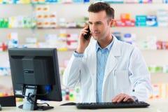 Φαρμακοποιός στο φαρμακείο στοκ φωτογραφία