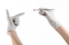 Φαρμακολογία και ιατρικό θέμα: ο γιατρός παραδίδει τσιμπιδάκια μιας τα άσπρα γαντιών εκμετάλλευσης με την κόκκινη κάψα χαπιών που στοκ φωτογραφίες με δικαίωμα ελεύθερης χρήσης