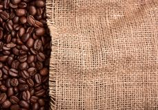 Φασολιών και burlap καφέ σύσταση στοκ φωτογραφία με δικαίωμα ελεύθερης χρήσης