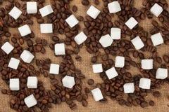 Φασόλια ζάχαρης και καφέ κομματιών sackcloth στοκ εικόνα με δικαίωμα ελεύθερης χρήσης