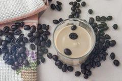 Φασόλια και κρέμα καφέ σε ένα γυαλί Στοκ Φωτογραφίες