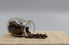 Φασόλια καφέ δωδεκάα γυαλιά στον πίνακα στοκ εικόνα με δικαίωμα ελεύθερης χρήσης