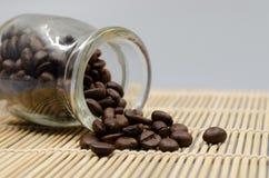 Φασόλια καφέ δωδεκάα γυαλιά στον πίνακα στοκ εικόνες με δικαίωμα ελεύθερης χρήσης