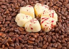 Φασόλια καφέ και άσπρη καραμέλα καρδιών σοκολάτας Στοκ Εικόνα