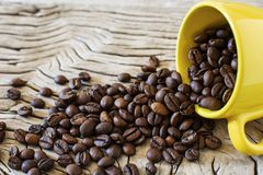 Φασόλια καφέ και κίτρινο φλυτζάνι Στοκ Φωτογραφία