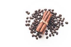 Φασόλια καφέ και ραβδιά της κανέλας στο απομονωμένο λευκό υπόβαθρο Στοκ Εικόνα