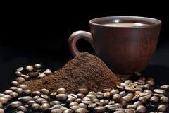 Φασόλια καφέ και στιγμιαίος καφές σε ένα σκοτεινό μαύρο υπόβαθρο στοκ φωτογραφία με δικαίωμα ελεύθερης χρήσης