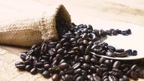 Φασόλια καφέ με το χέρι που παίρνει το φλυτζάνι καφέ απόθεμα βίντεο