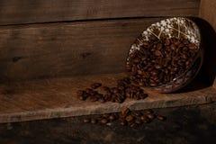 Φασόλια καφέ που ανατρέπουν έξω επάνω σε ένα αγροτικό κιβώτιο με το διάστημα αντιγράφων στοκ φωτογραφία με δικαίωμα ελεύθερης χρήσης