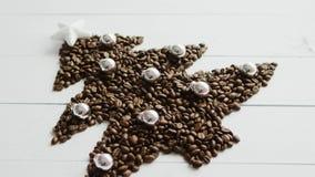 Φασόλια καφέ που τοποθετούνται στη μορφή του έλατου φιλμ μικρού μήκους