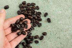 Φασόλια καφέ που φέρονται σε ένα χέρι στοκ φωτογραφία