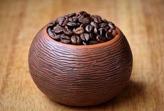 Φασόλια καφέ σε ένα κεραμικό κύπελλο σύστασης στοκ εικόνα με δικαίωμα ελεύθερης χρήσης