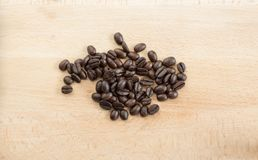 Φασόλια καφέ σε ένα ξύλινο υπόβαθρο στοκ εικόνες