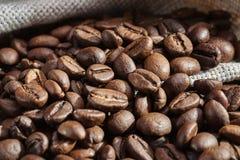 Φασόλια καφέ στην ξύλινη επιφάνεια closeup διάστημα αντιγράφων Στοκ Εικόνες