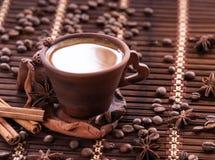 Φασόλια καφέ στην τσάντα γιούτας με το μύλο καφέ στοκ φωτογραφίες