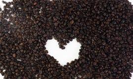Φασόλια καφέ στη μορφή καρδιών στο άσπρο υπόβαθρο που απομονώνεται Στοκ φωτογραφία με δικαίωμα ελεύθερης χρήσης