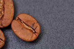 Φασόλια καφέ στο μαύρο υπόβαθρο σύμφωνο με στοκ φωτογραφίες