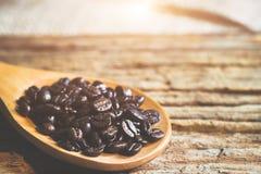 Φασόλια καφέ στο ξύλινο κουτάλι Στοκ φωτογραφία με δικαίωμα ελεύθερης χρήσης