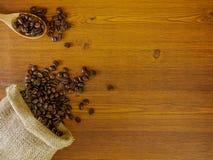 Φασόλια καφέ στο ξύλινο υπόβαθρο με το διάστημα αντιγράφων στοκ φωτογραφία με δικαίωμα ελεύθερης χρήσης