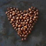 Φασόλια καφέ στο σκοτεινό υπόβαθρο στοκ εικόνες
