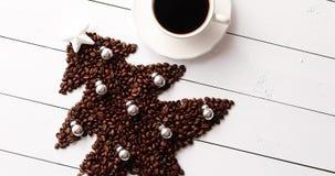 Φασόλια στη μορφή του έλατου και του φλιτζανιού του καφέ φιλμ μικρού μήκους