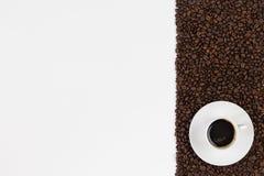 Φασόλια φλιτζανιών του καφέ και καφέ στο άσπρο υπόβαθρο Τοπ πνεύμα άποψης στοκ εικόνες με δικαίωμα ελεύθερης χρήσης