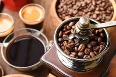 Φασόλια φλιτζανιών του καφέ και καφέ στο μύλο καφέ Στοκ Φωτογραφία