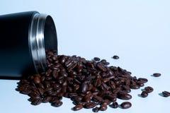 Φασόλια Coffe που ανατρέπουν έξω από τα μαύρα thermos στοκ φωτογραφίες με δικαίωμα ελεύθερης χρήσης