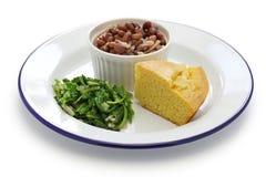 Φασόλια και πράσινα με το cornbread, νότιο μαγείρεμα Στοκ Εικόνες