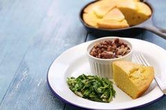 Φασόλια και πράσινα με το cornbread, νότιο μαγείρεμα Στοκ εικόνες με δικαίωμα ελεύθερης χρήσης