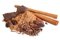 Φασόλια κακάου, σκόνη κακάου, φλοιός κανέλας και σοκολάτα Στοκ φωτογραφία με δικαίωμα ελεύθερης χρήσης