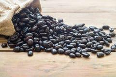 Φασόλια καφέ από το σάκο Στοκ Εικόνα