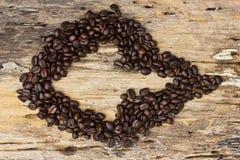 Φασόλια καφέ βελών στον ξύλινο Στοκ Φωτογραφία