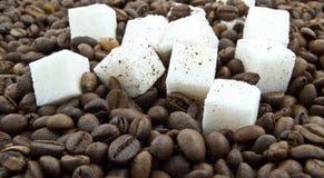 Φασόλια καφέ, ζάχαρη κομματιών και επίγειος καφές Στοκ εικόνες με δικαίωμα ελεύθερης χρήσης