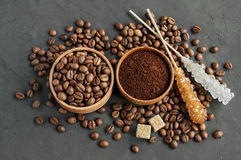 Φασόλια καφέ και επίγειος καφές σε μια ξύλινη ζάχαρη κύπελλων και καλάμων Στοκ Φωτογραφία