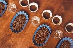 Φασόλια καφέ και επίγειος καφές στις τέλειες σειρές Στοκ Εικόνες