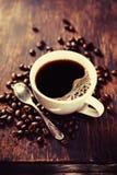 Φασόλια καφέ και κουτάλι στοκ εικόνες