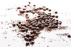 Φασόλια καφέ και μόρια της μαύρης σοκολάτας Στοκ εικόνα με δικαίωμα ελεύθερης χρήσης