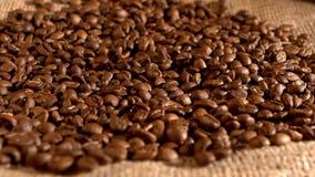 Φασόλια καφέ και να αφορήσει burlap την απόλυση απόθεμα βίντεο